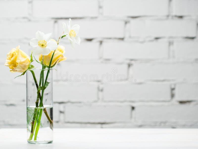 Glass vas med för närbildkopia för nya blommor utrymme royaltyfria bilder