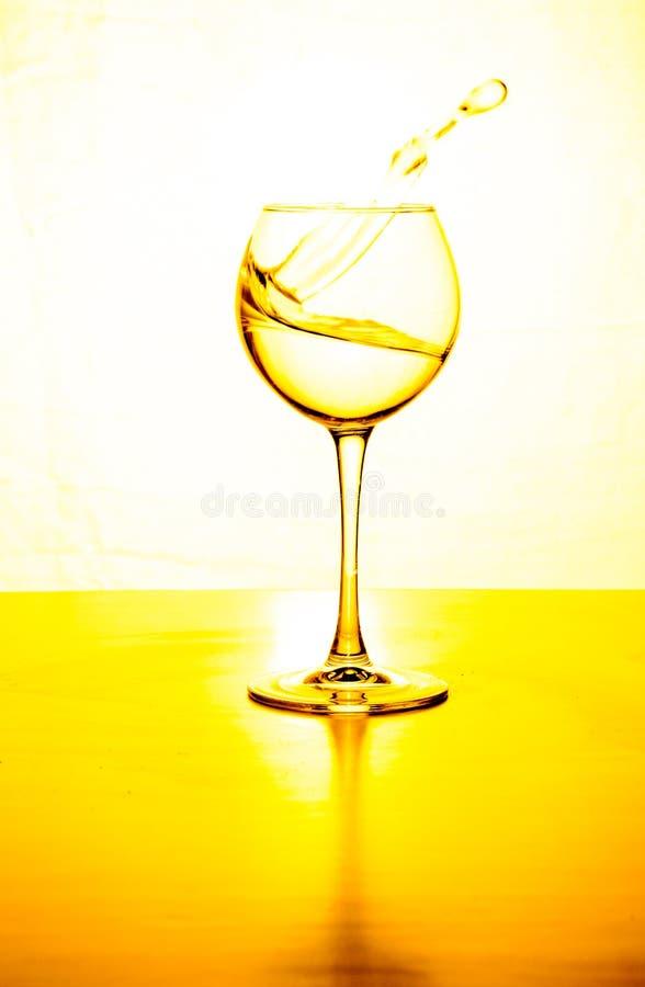 Glass vattenljus plaskar bakgrund med reflexion royaltyfria foton