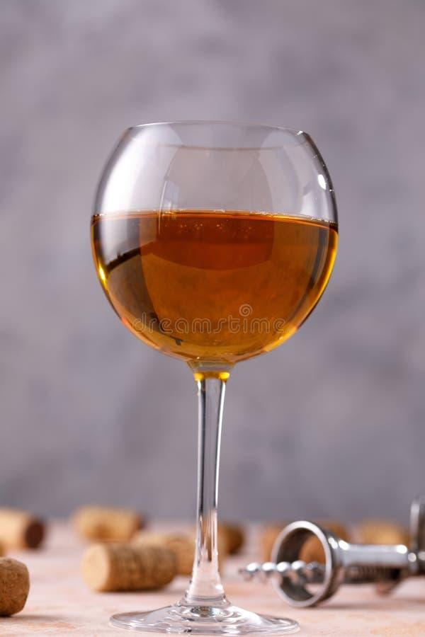 glass vit wine Begreppet av winemaking St?lle under din text Stilleben på en textural bakgrund arkivfoton