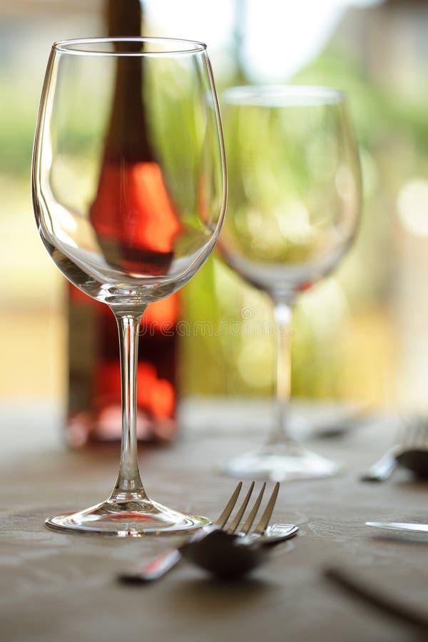 glass wine för ställerestauranginställning arkivfoto