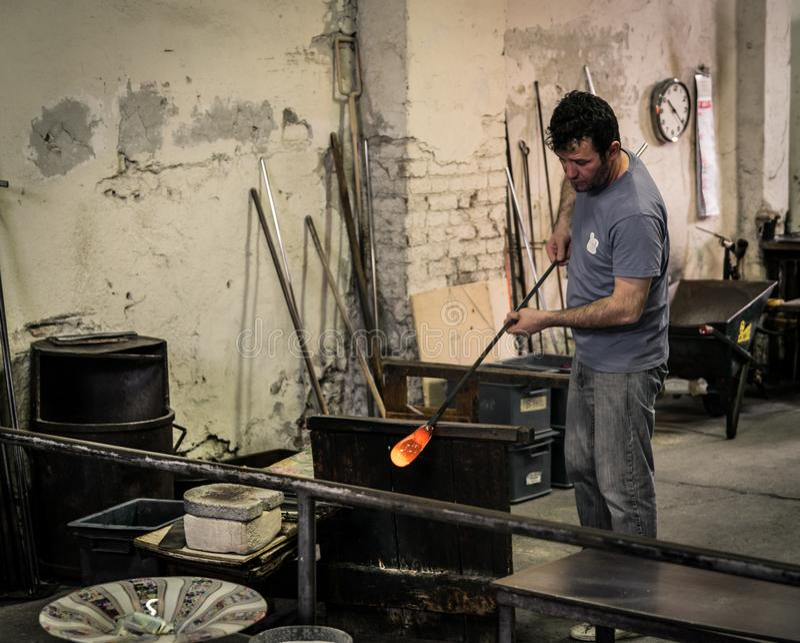 Glassblowing χειροτεχνικό στην εργασία σε ένα εργαστήριο γυαλιού κρυστάλλου Mura στοκ φωτογραφία με δικαίωμα ελεύθερης χρήσης