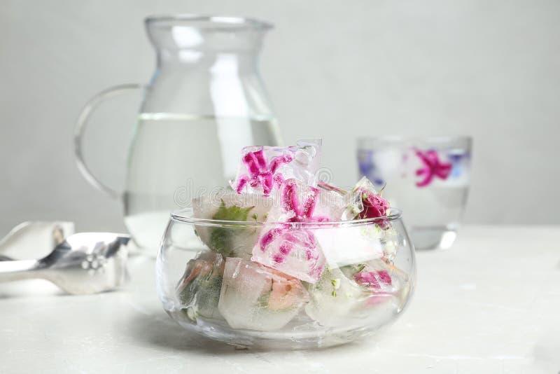 Glasschüssel Blumeneiswürfel stockfotografie