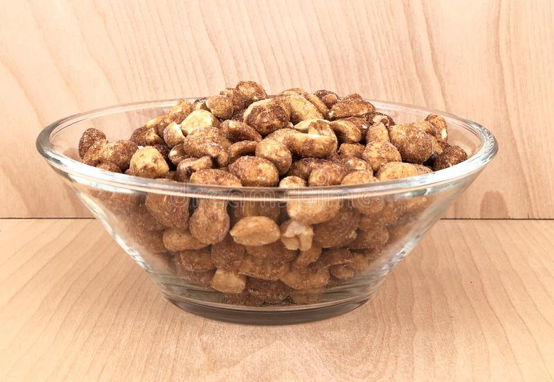 Glasschüssel gebratene Erdnüsse lizenzfreie stockbilder