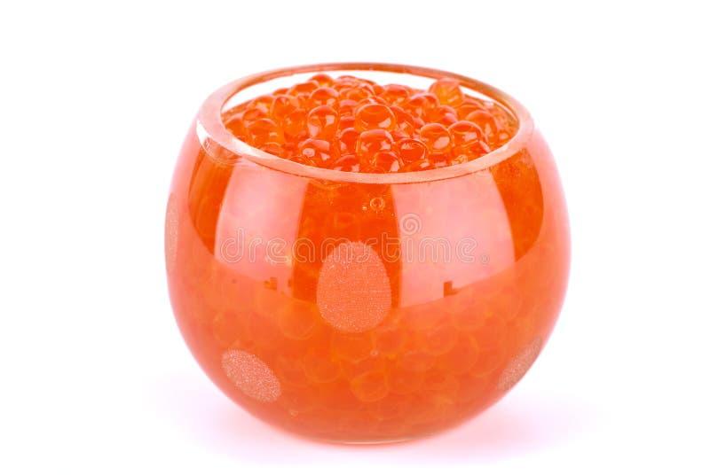 Glasschüssel gefüllt mit Kaviar der roten Lachse stockfoto