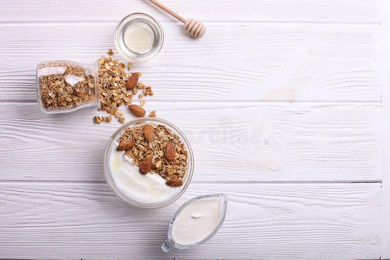 Glasschüssel mit griechischem Jogurt und Mischnüssen Gesunde vegetarische proteinreiche Diät, selbst gemachtes Granolafrühstück m stockbilder