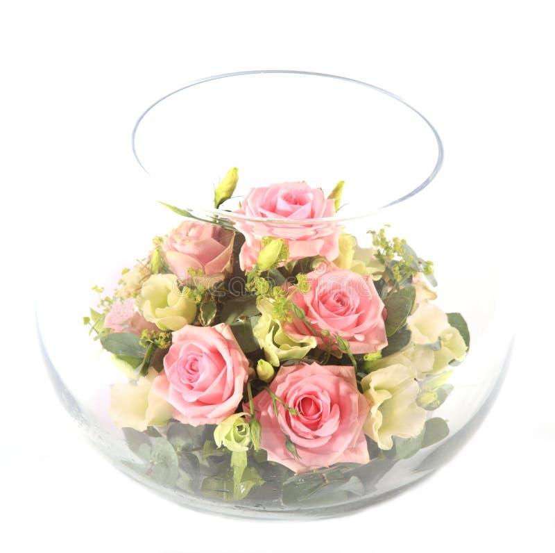 Glasschüssel mit rosafarbenen Rosen stockfoto