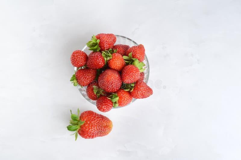 Glasschüssel mit Topsicht auf frische Erdbeeren lizenzfreie stockbilder
