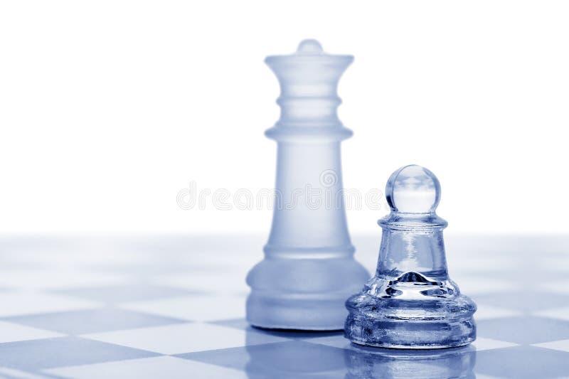 Glasschach. Ein Pfandgegenstand und eine Königin lizenzfreie stockfotografie
