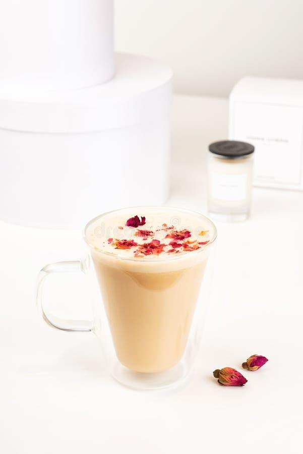 Glasschale heißer Kunst Latte-Kaffee auf weißer Tabelle in der Kaffeestube stockfotos