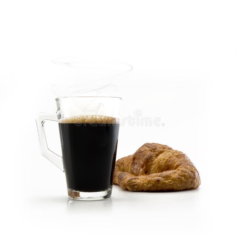 Glasschale mit Griff und Kaffee nur nach innen mit einem croisant stockbild