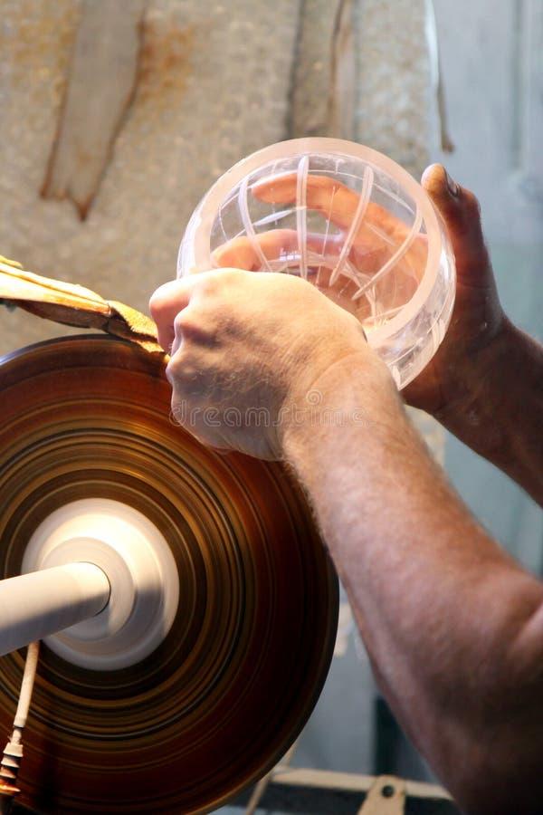 Glasschneiden in der Fabrik stockfotografie