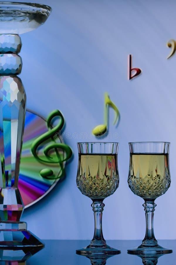 Glasse del vino con le note musicali fotografia stock