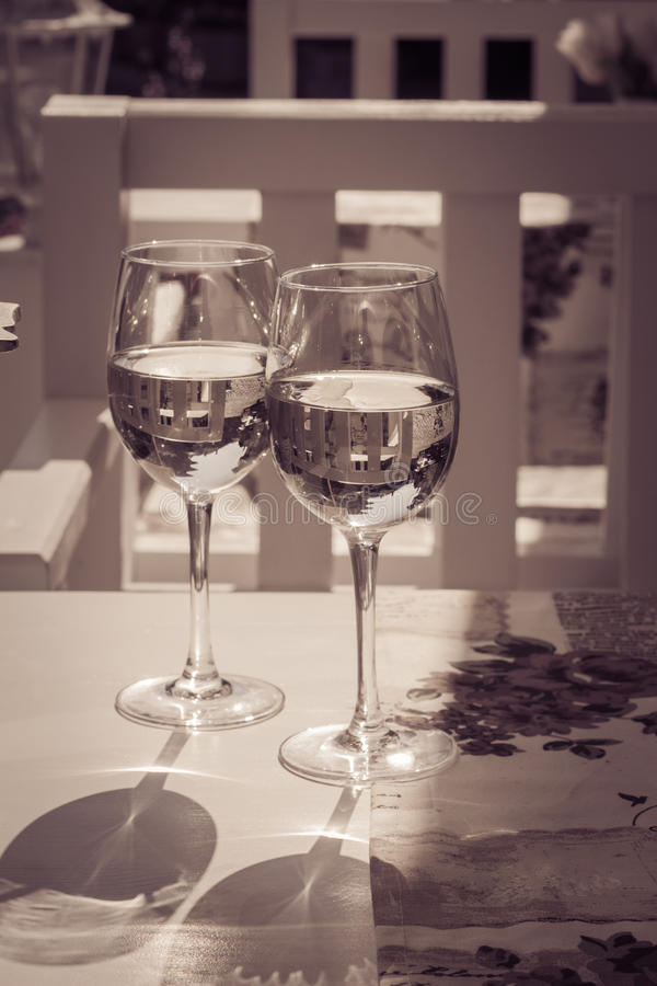 Glasse deux du vin blanc sur une table photos stock