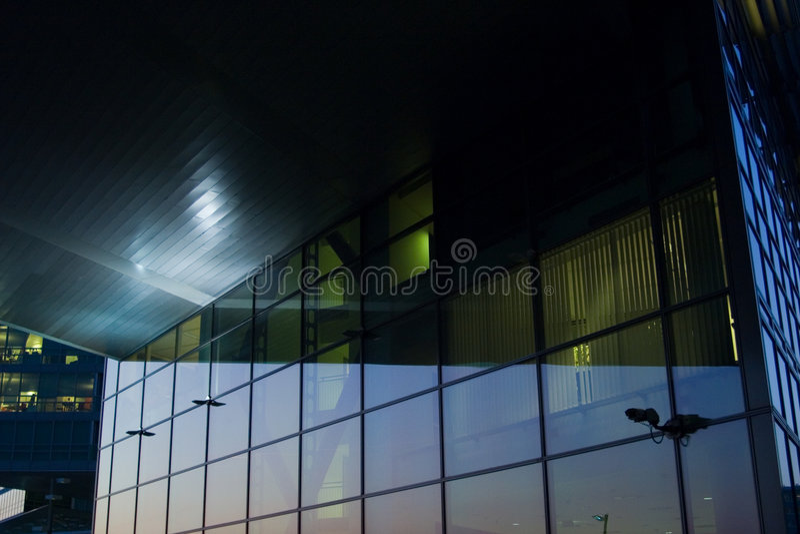 Glassfront moderno entro la notte fotografie stock