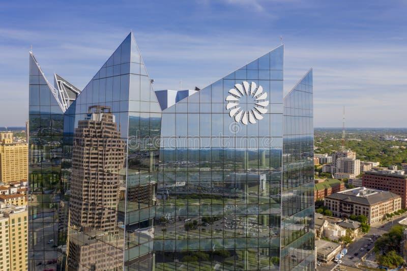 Glassi la torre che costruisce giù la città San Antonio fotografia stock