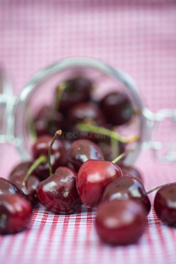 Glasspeicherglas voll frische Kirschen lizenzfreie stockfotografie