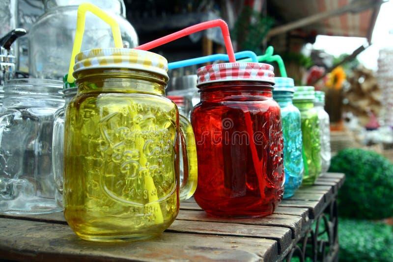 Glassware sprzedawał przy sklepem w Dapitan arkadzie w Manila, Filipiny obrazy stock