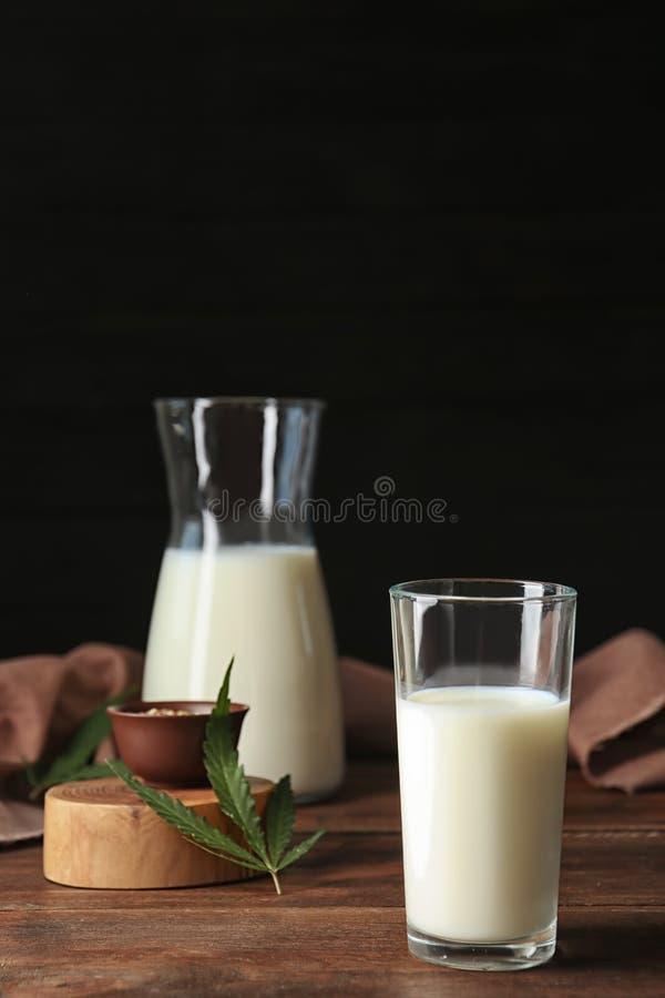 Glassware z konopie mlekiem zdjęcia stock