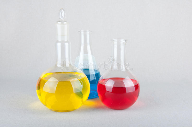Glasswares e liquido differenti del laboratorio delle forme dentro fotografie stock