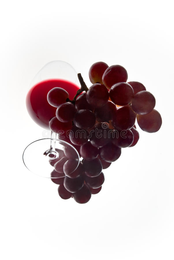 Glasswine rosso ed uva veduti da sotto. fotografie stock
