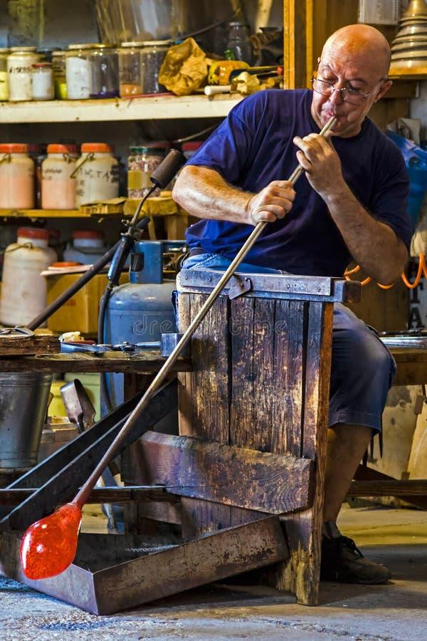Glassworker na ação no Murano 1 glassfactory fotos de stock royalty free
