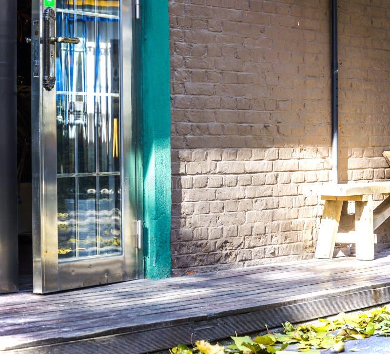 Glastür im Herbst lizenzfreie stockfotos