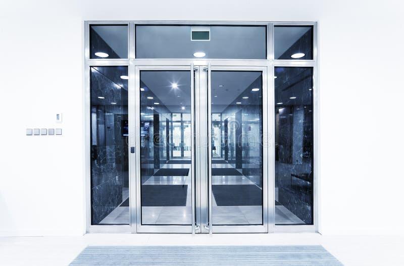 Glastüren in einem Büro stockfotos