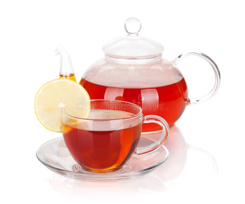 Glasteekanne und Cup schwarzer Tee mit Zitronenscheibe stockfotos