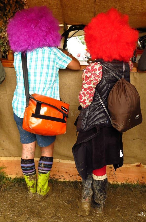 Glastonbury festiwalu muzyki dwa ludzie w błazen perukach fotografia royalty free