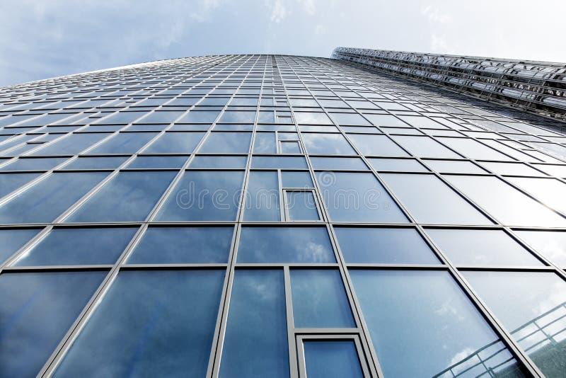 Glasvägg av affärsmitten med stållampglas arkivfoto