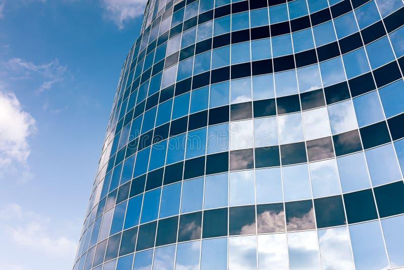 Glasvägg av kontorsbyggnaden med molnreflexion royaltyfria bilder