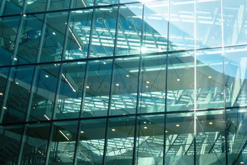 Glasvägg av mordern kontorsbyggnad royaltyfria foton