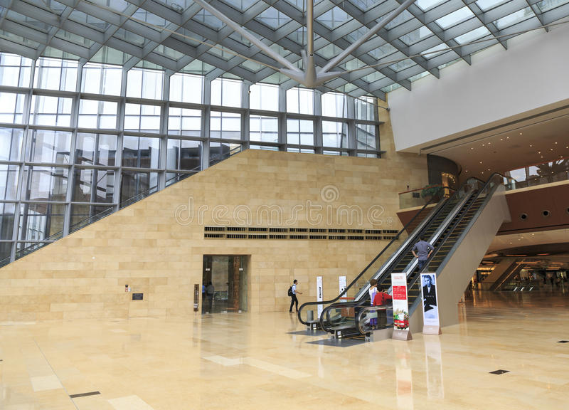 glasvägg, stålram och marmorgolv i modern kontorsbyggnadkorridor; fönsterväggen, övar påtryckningar i regeringsställning utrymme, royaltyfri fotografi