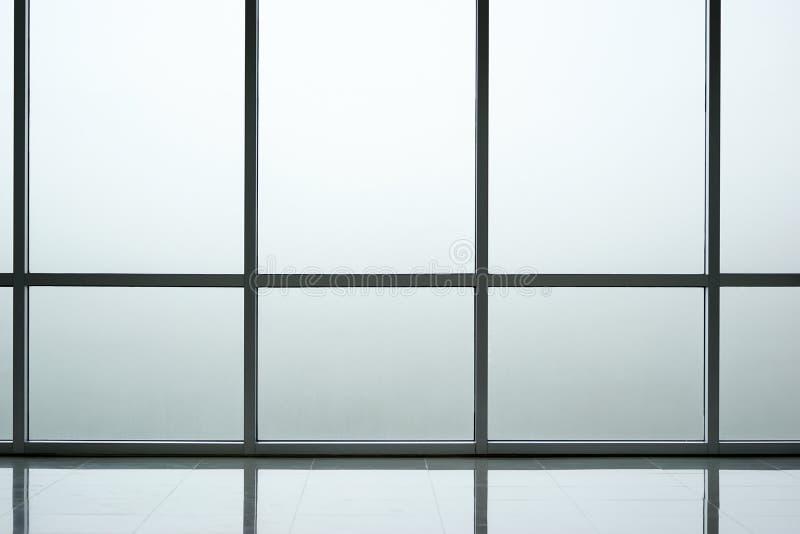 Glasväggbakgrundsinre av modern kontorsbyggnad arkivbild