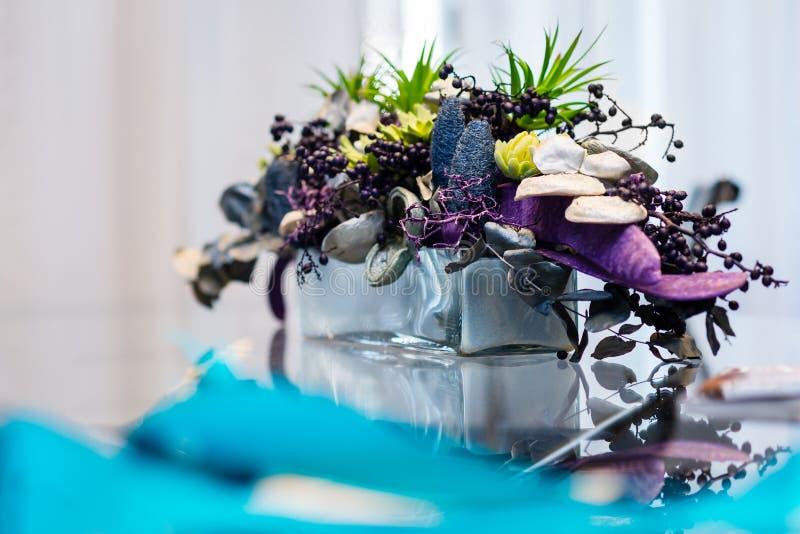 Glasvaas met droge bloemeninstalation in blauwe en violette kleuren stock fotografie