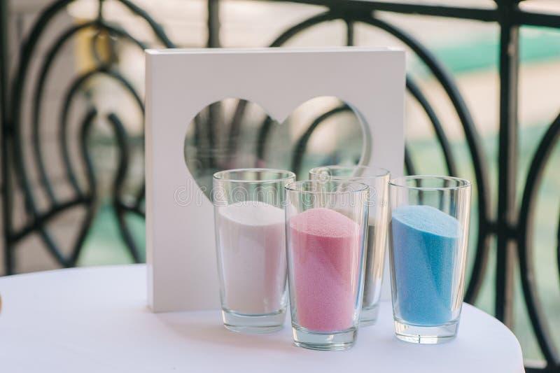 Glasvazen met kleurenzand en kader zoals hart stock foto