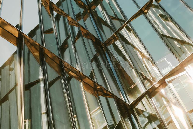 Glasvenster van een gebouw met zwarte aluminiumkaders, blauwe toon als achtergrond stock foto's