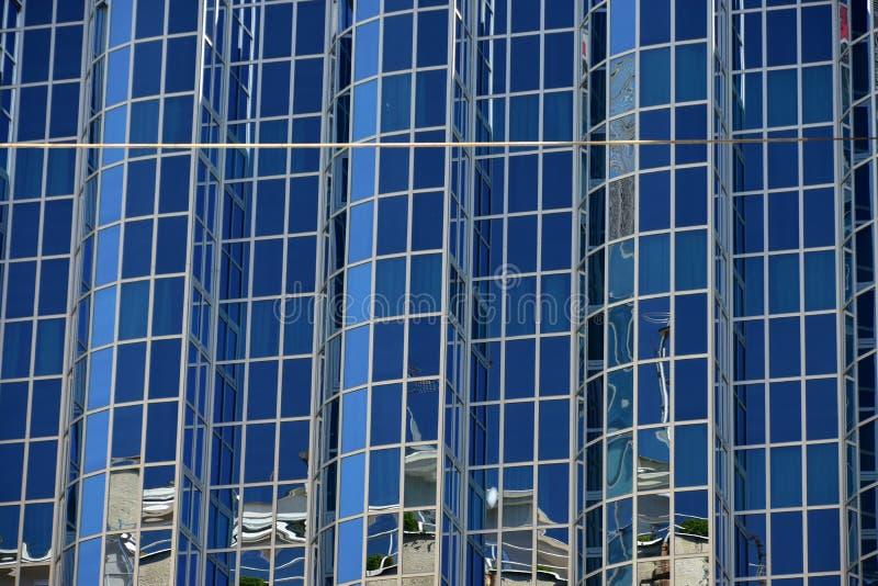 Glasvensters van een modern gebouw in Zagreb stock afbeelding