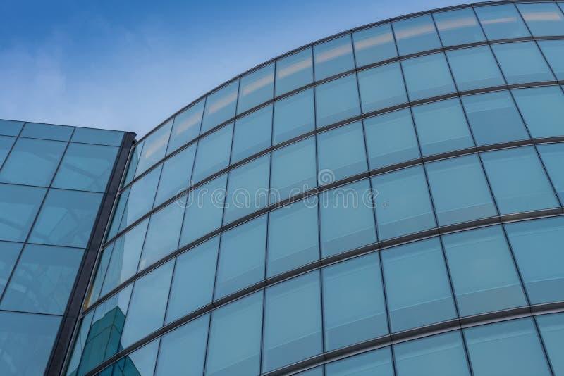 Glasvoorgevel, moderne architectuur met blauwe hemel, ochtendspruit royalty-vrije stock afbeeldingen