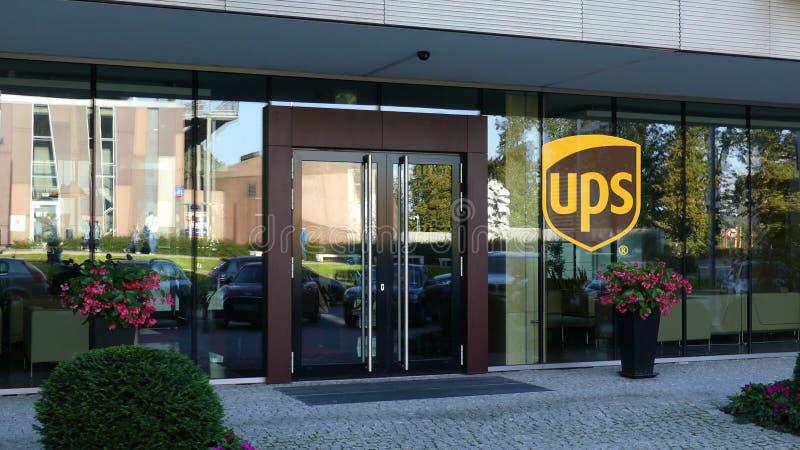 Glasvoorgevel van een modern bureaugebouw met het embleem van United Parcel Service UPS Het redactie 3D teruggeven stock afbeeldingen