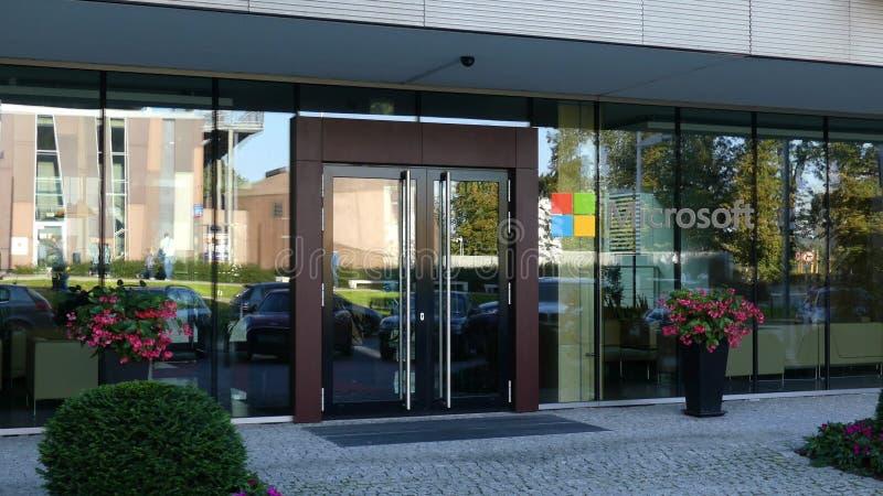 Glasvoorgevel van een modern bureaugebouw met Microsoft-embleem Het redactie 3D teruggeven royalty-vrije stock afbeelding