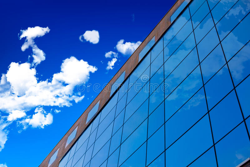Glaswand des Bürohauses. stockbilder