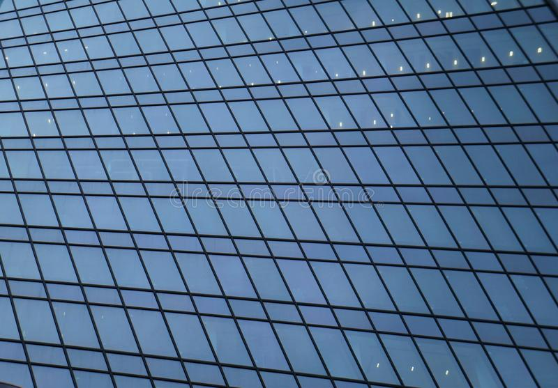 Glaswand des Geschäftszentrumgebäudes lizenzfreies stockbild