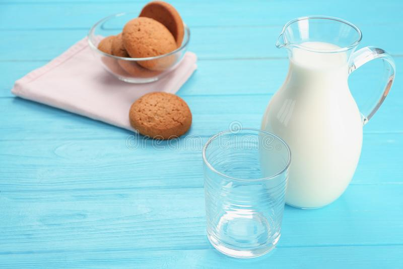 Glaswaren mit Milch- und Hafermehlplätzchen stockfotografie