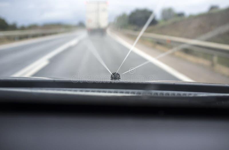 Glaswasmachine in actie terwijl hij achter langzame vrachtwagen drijft stock fotografie
