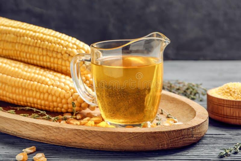 Glaswaterkruik met maïsolie stock foto's
