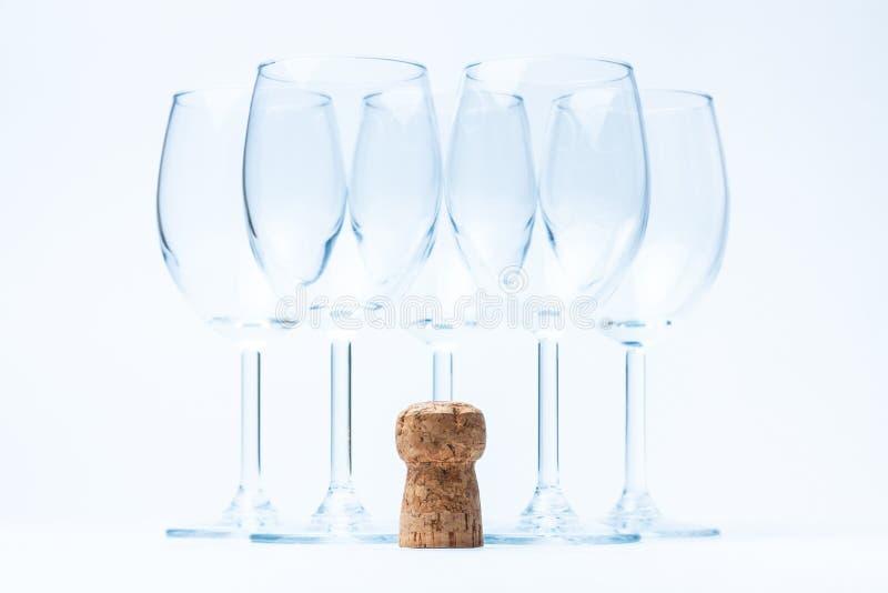 Glasweinstandplatz symmetrisch mit Korken stockfoto