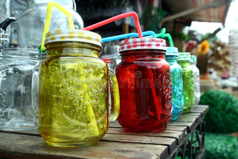 Glaswerk bij een opslag in Dapitan-Arcade in Manilla, Filippijnen wordt verkocht die stock afbeeldingen