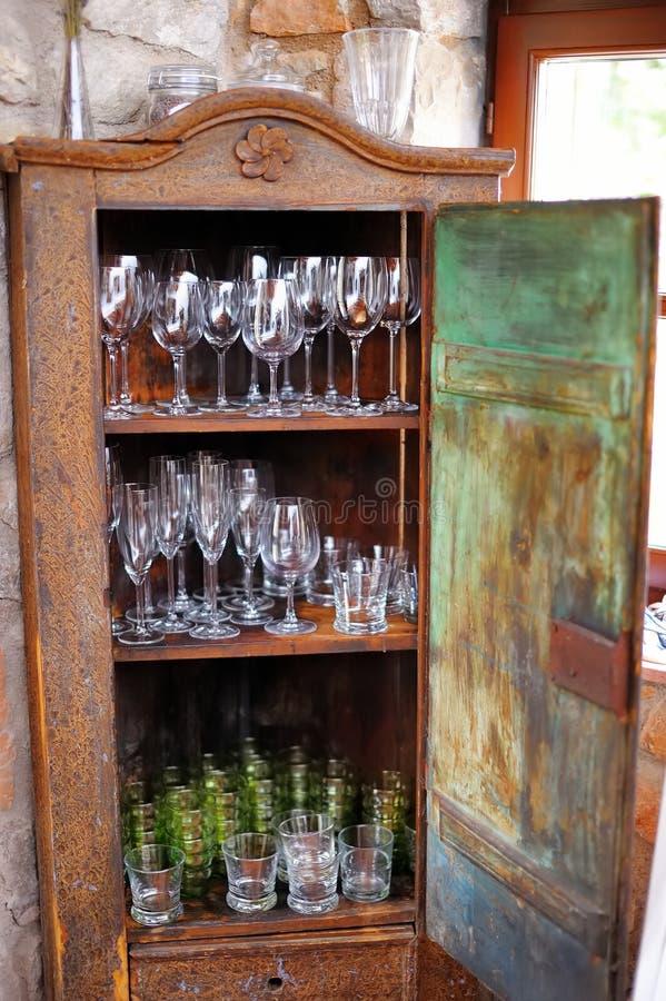 Kast Voor Glaswerk.Kast In Rustieke Keuken Stock Afbeelding Afbeelding Bestaande Uit