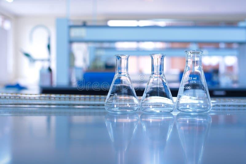 Glaswerk in wetenschapslaboratorium stock foto's
